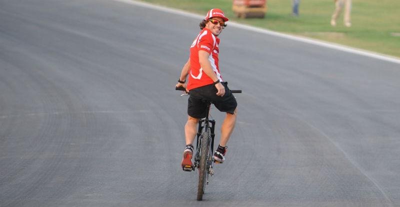 Fernando Alonso en Bicicleta con Euskaltel Euskadi Salva al equipo