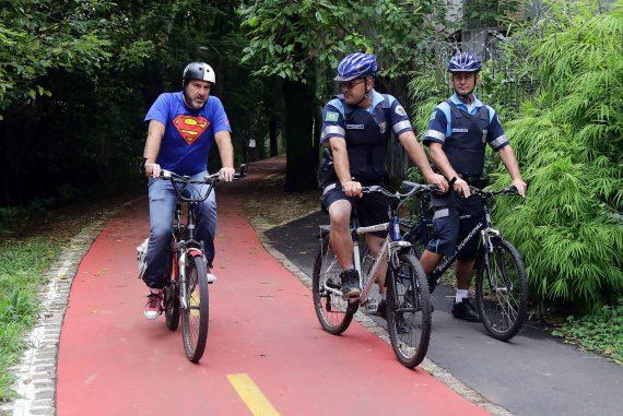 Policías en bicicleta refuerzan seguridad de ciclovias en Curitiba Brasil