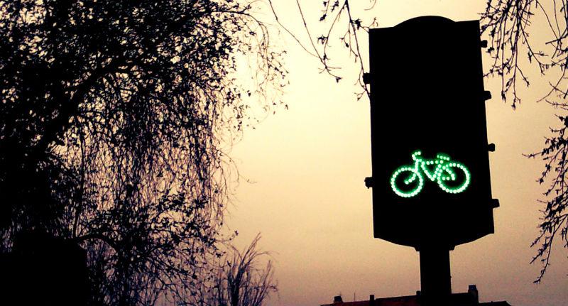 Ciclistas urbanos - Bicicletas como medio de transporte en la ciudad - Semaforo