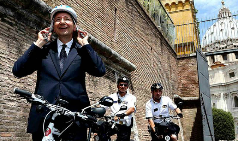 Alcalde de Roma protagonizó la primera visita oficial en bicicleta al Vaticano