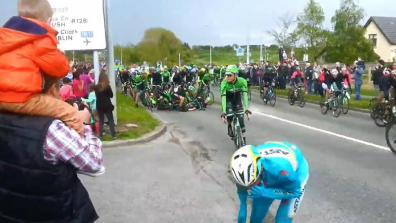 Caida masiva en la etapa 3 del Giro de Italia 2014 video de la caida en el Giro d'Italia 2014