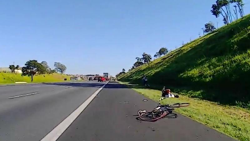 peligro de pedalear en rutas transitadas Camion Atropella ciclista en Brasil