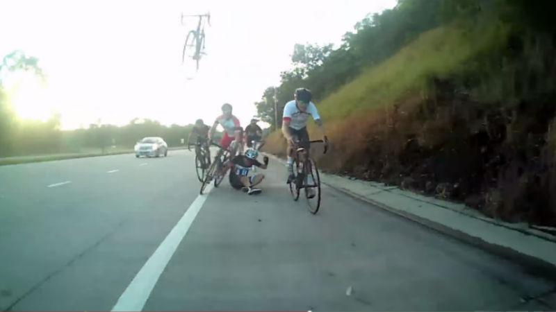 Ciclista se salva por usar casco para bicicletas