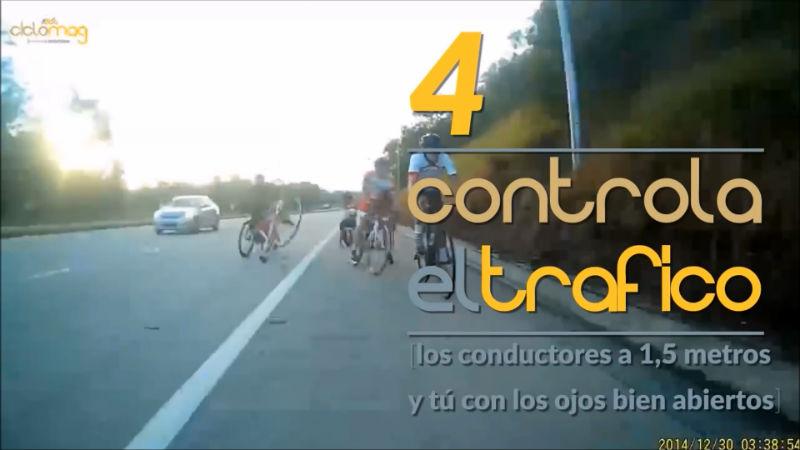 Controla el trafico en un accidente de bicicletas
