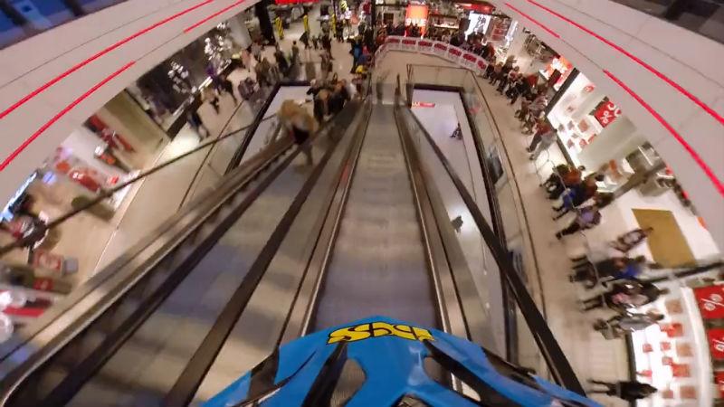 Competencia de bicicletas downhill en un shopping de Praga Republica Checa