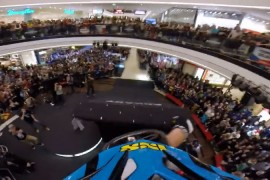 Competencia de bicicletas downhill en un shopping de praga
