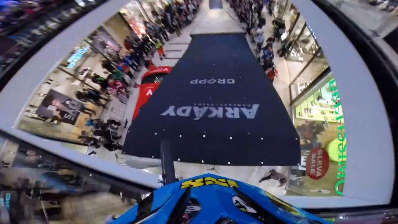 Praga Competencia de bicicletas Downhill en un Shopping de Republica Checa