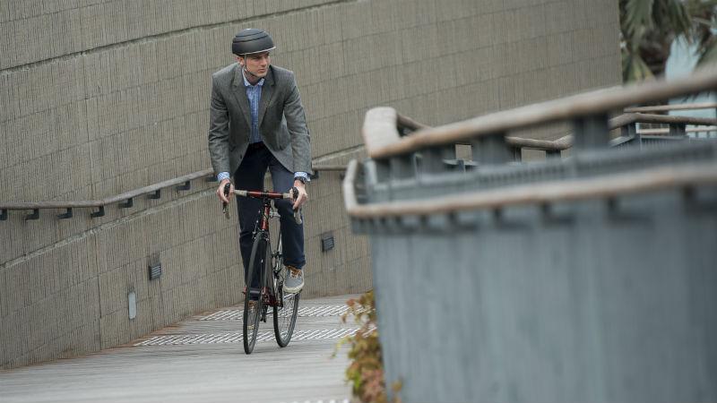 Closca revoluciona los cascos plegables para ciclistas urbanos modernos