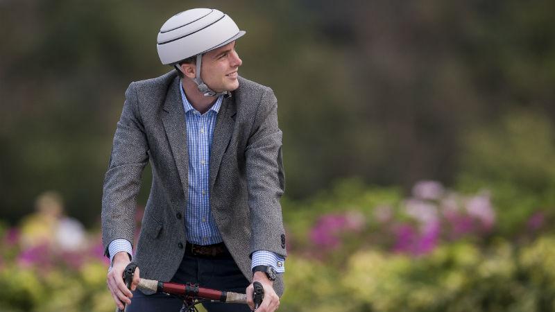 Closca revoluciona los cascos plegables para ciclistas urbanos
