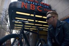 Bono se monto a una bicicleta por primera vez desde su accidente