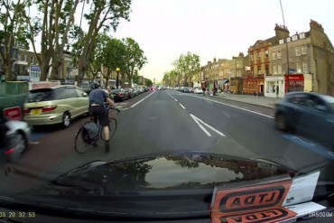 Todo por no mirar por el espejo retrovisor ciclista urbano puerta automovil