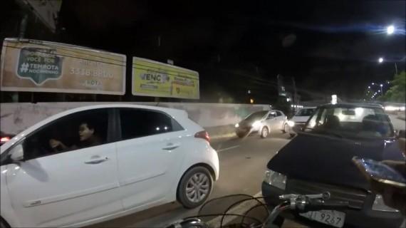 Conductor no respeta las bicicletas en Brasil y mira lo que pasa